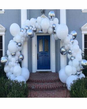 BallonnenBoog Zilver Wit Inhoud van het pakket In het pakket zitten de volgende objecten: - 4 zilveren ballonnen 46 cm - 2 zilveren ballonnen 25 cm - 50 witte ballonnen 13 cm - 50 witte ballonnen 25 cm - 10 witte ballonnen 30 cm - 4 witte ballonnen 46cm - 3 papieren confetti ballonnen 30 cm - 5 meter ballonnenboog strip - ballonstickers - ballonnenpomp